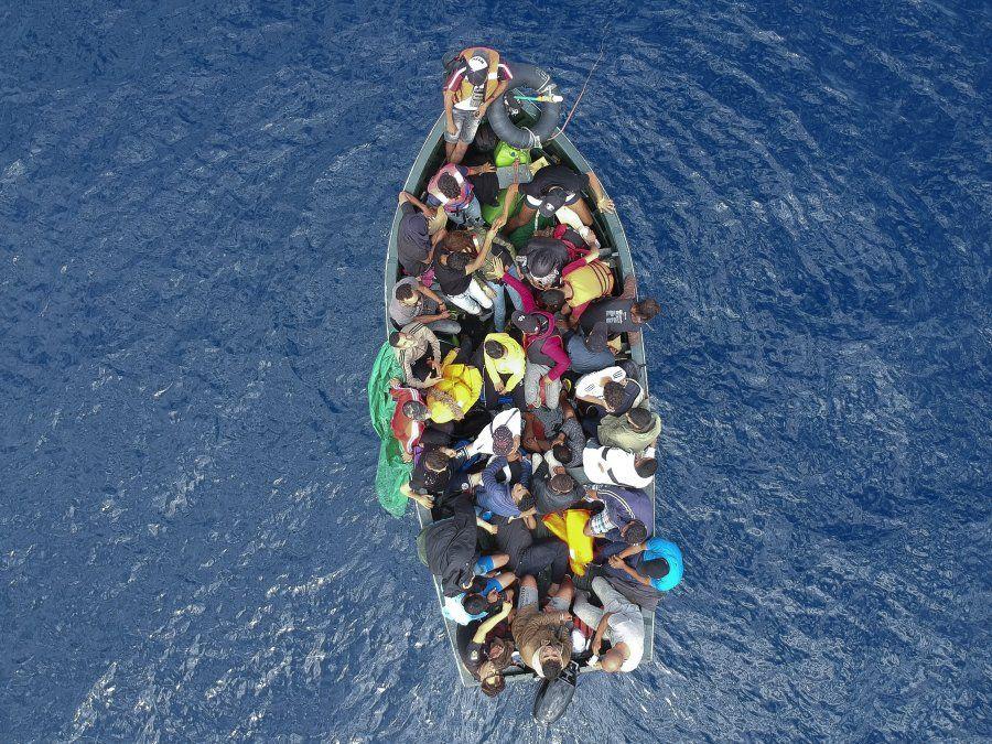 Una foto aérea muestra un barco cargado de migrantes en el Estrecho de Gibraltar antes de ser rescatados por la Guardia Civil Española.