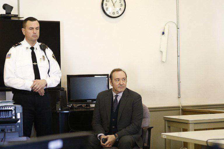 Spacey en la corte esperando para declarar. Pagó una fianza y quedó libre.