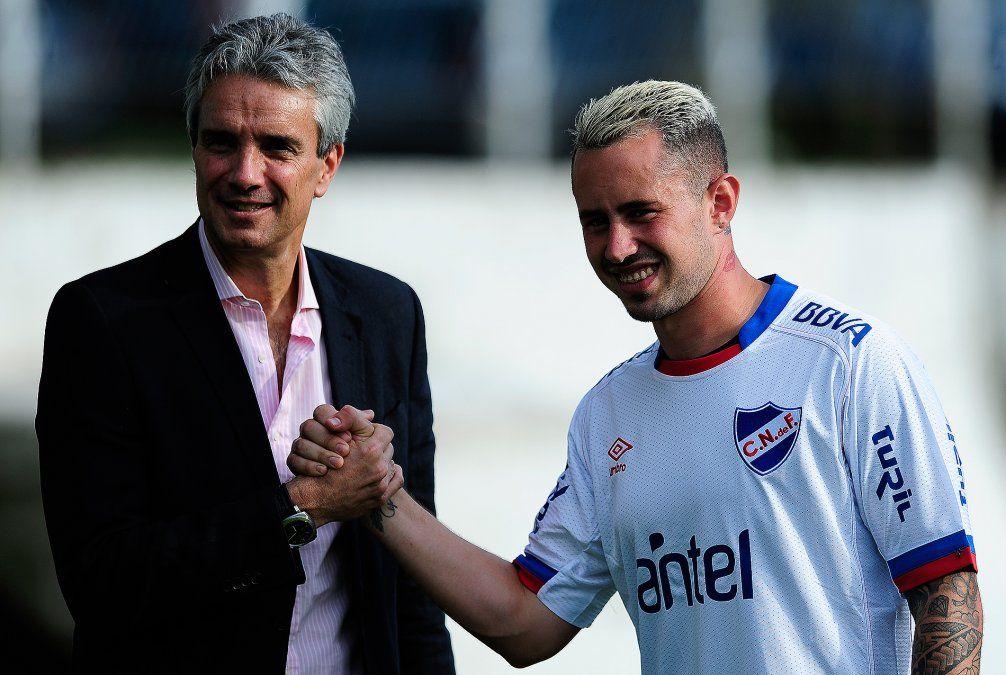 Amaral le da la mano al presidente de Nacional José Decournex. Un nuevo contrato y una nueva oportunidad para el hábil volante zurdo