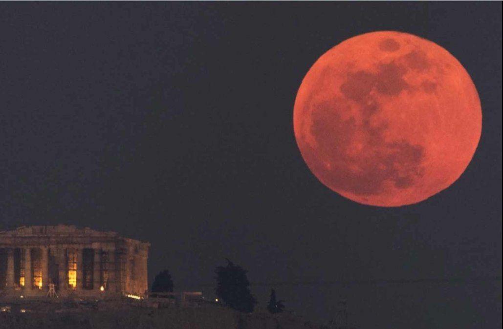 Foto: Eclipse total de Luna y Luna de Sangre en Atenas