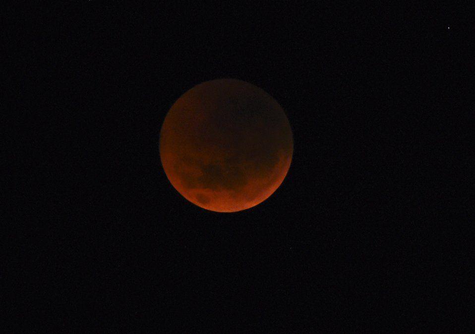 Este domingo a la noche se podrá ver la luna roja