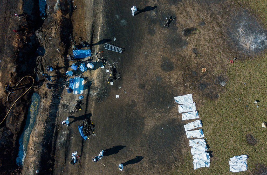 Sube a 85 el número de muertos por explosión de ducto saqueado en México