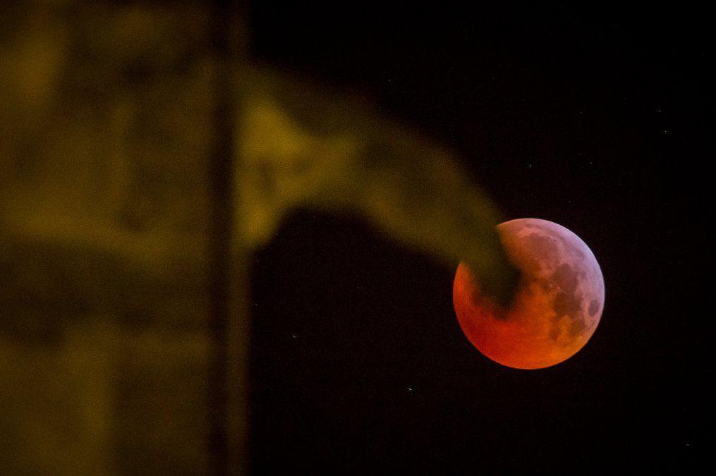 Una foto de la superluna de sangre detras de la Catedral Tours en el centro de Fancia