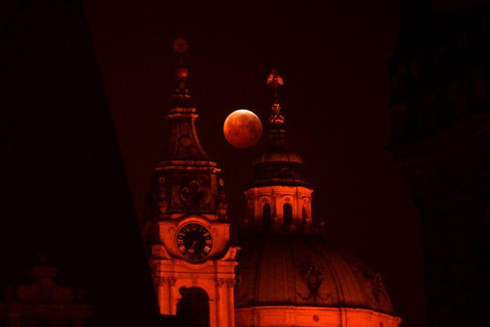 La luna detrás de la Iglesia de San Nicolás em Praga