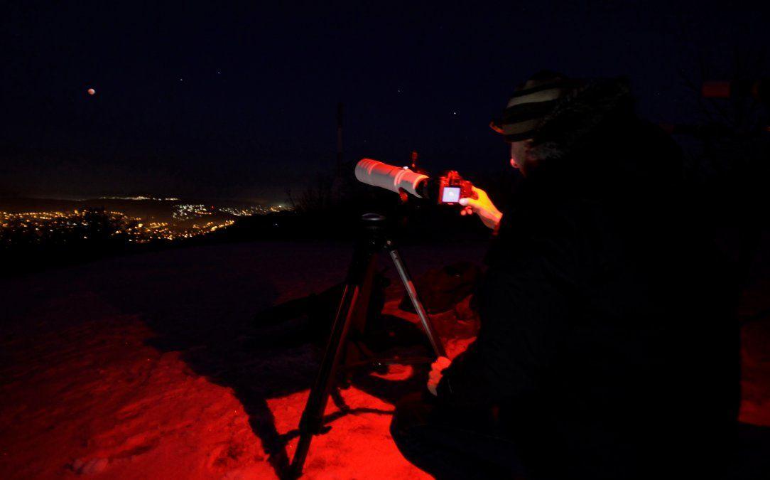 Un astrónomo amateur observa y toma fotos de la super luna de sangre en Hungría