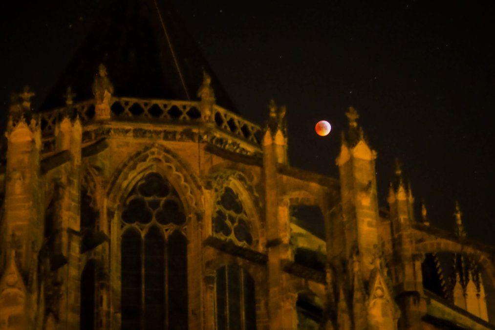 Otra vista de la superluna de sangre desde Francia
