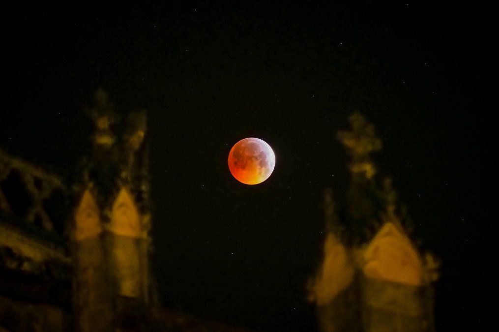 La superluna de sangre desde la Catedral de Tours