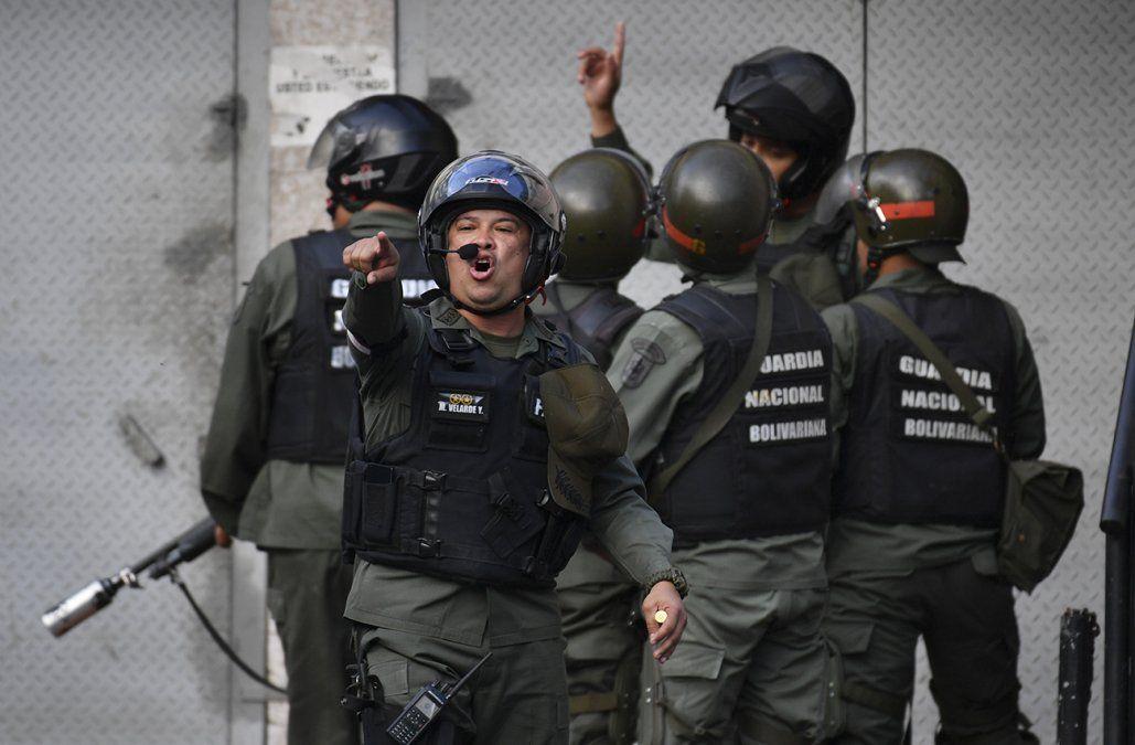 Veintisiete militares venezolanos fueron detenidos tras rebelarse contra Maduro