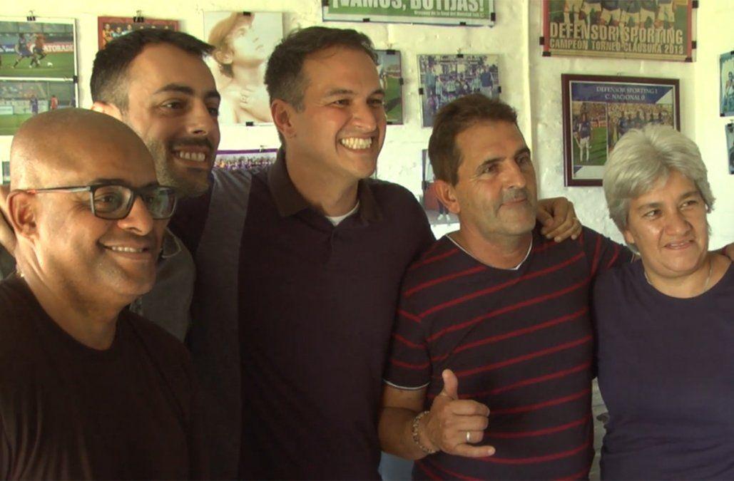 El equipo de TV Globo junto a los padres de de Arrascaeta.