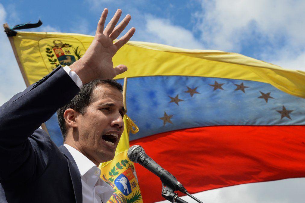 Guaidó se autoproclama presidente encargado de Venezuela y la Corte ordena investigarlo