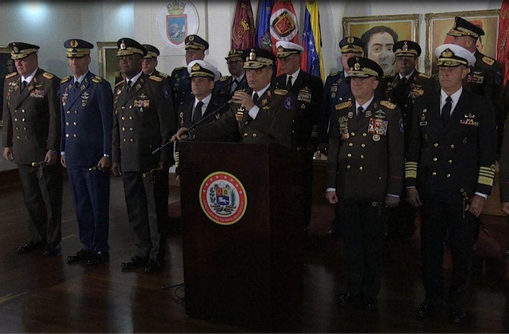 Maduro se apoya en los militares ante respaldo internacional al opositor Guaidó
