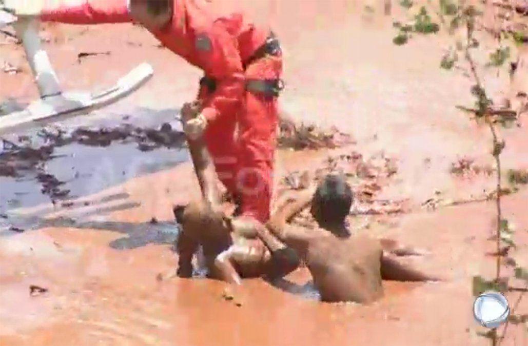 Dramática búsqueda de sobrevivientes tras ruptura de un dique minero en Brasil