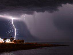 Alerta por intensa actividad eléctrica y rachas de viento fuertes para 12 departamentos