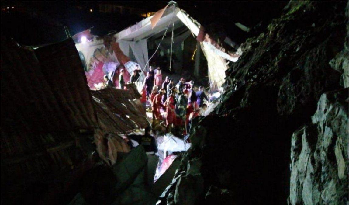 Al menos 15 muertos por deslave sobre hotel donde celebraban boda en Perú