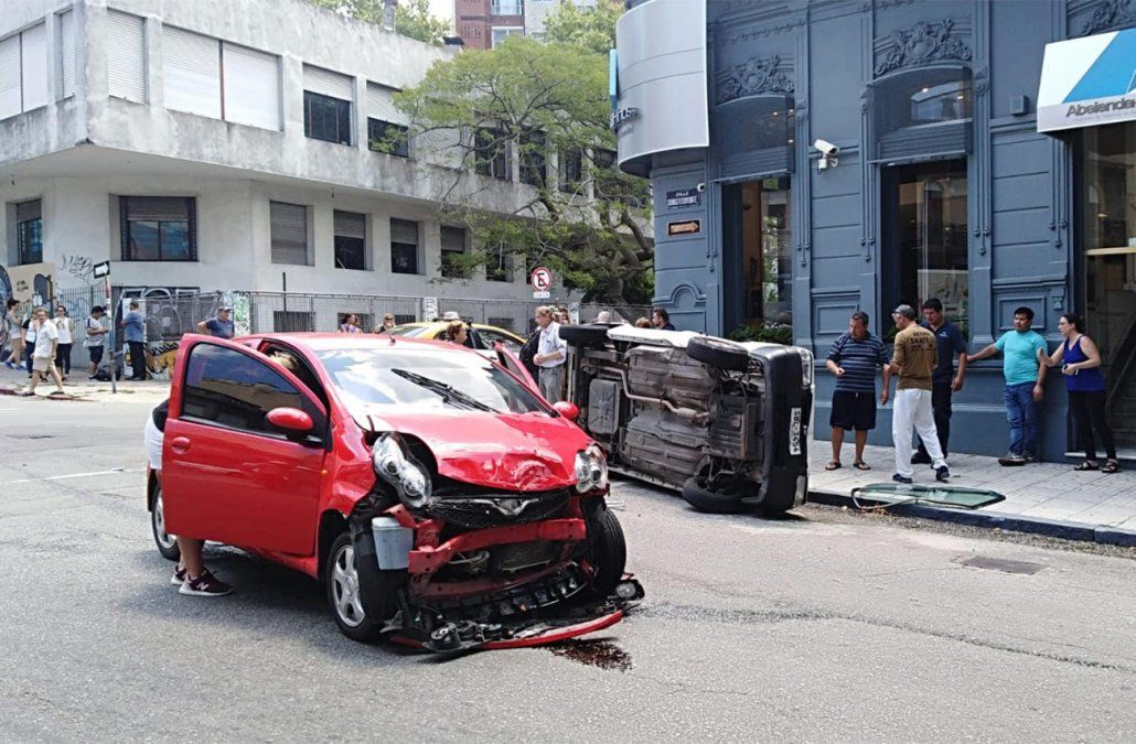 Video: dos mujeres se salvaron de milagro de ser atropelladas tras un choque de dos autos