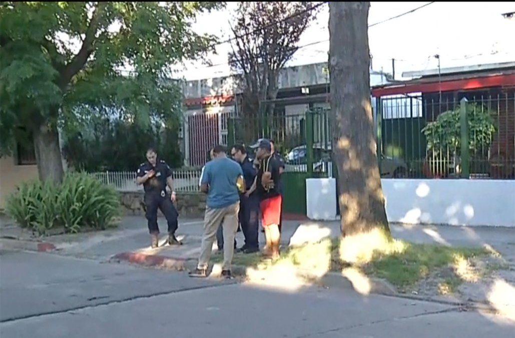 Foto: policías e investigadores en el lugar del homicidio.