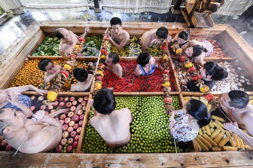 Personas disfrutan de un baño en una piscina de aguas termales en un hotel de Hangzhou