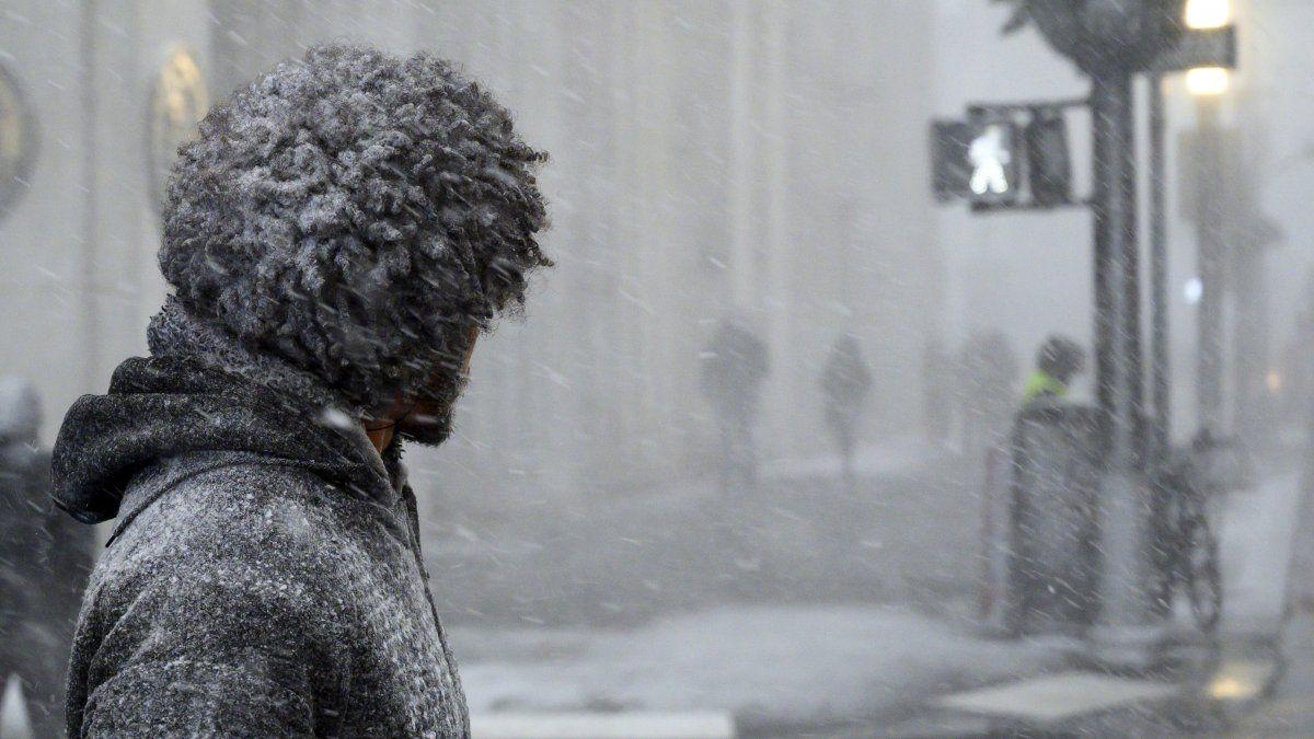 Un hombre espera para cruzar la calle durante una fuerte nevada en el bajo Manhattan.