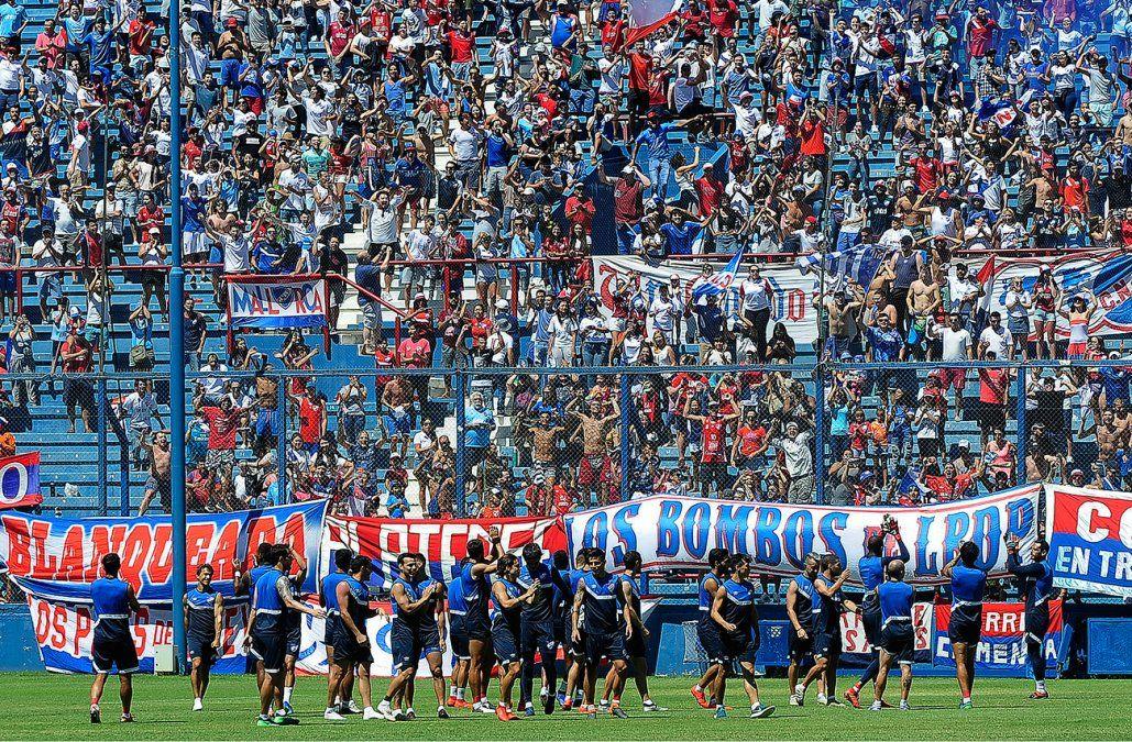 Nacional preparó el clásico con un banderazo de sus hinchas en el Parque Central