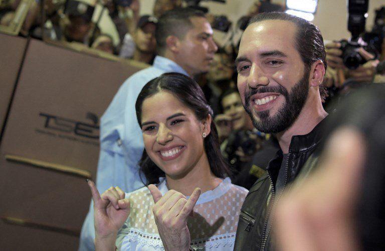 Bukele junto a su esposa