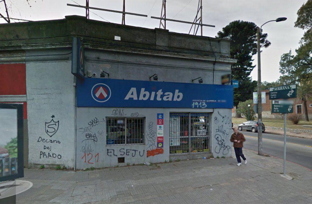Tres delincuentes robaron casi medio millón de pesos de un Abitab