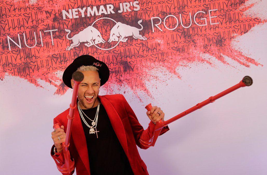 Neymar festejó su cumpleaños con muletas y gran pompa en París