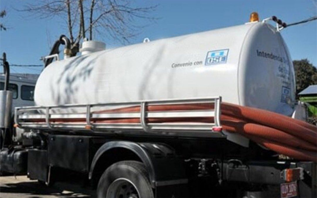 OSE envió camiones cisterna a Las Toscas y a Atlántida para abastecer a los vecinos