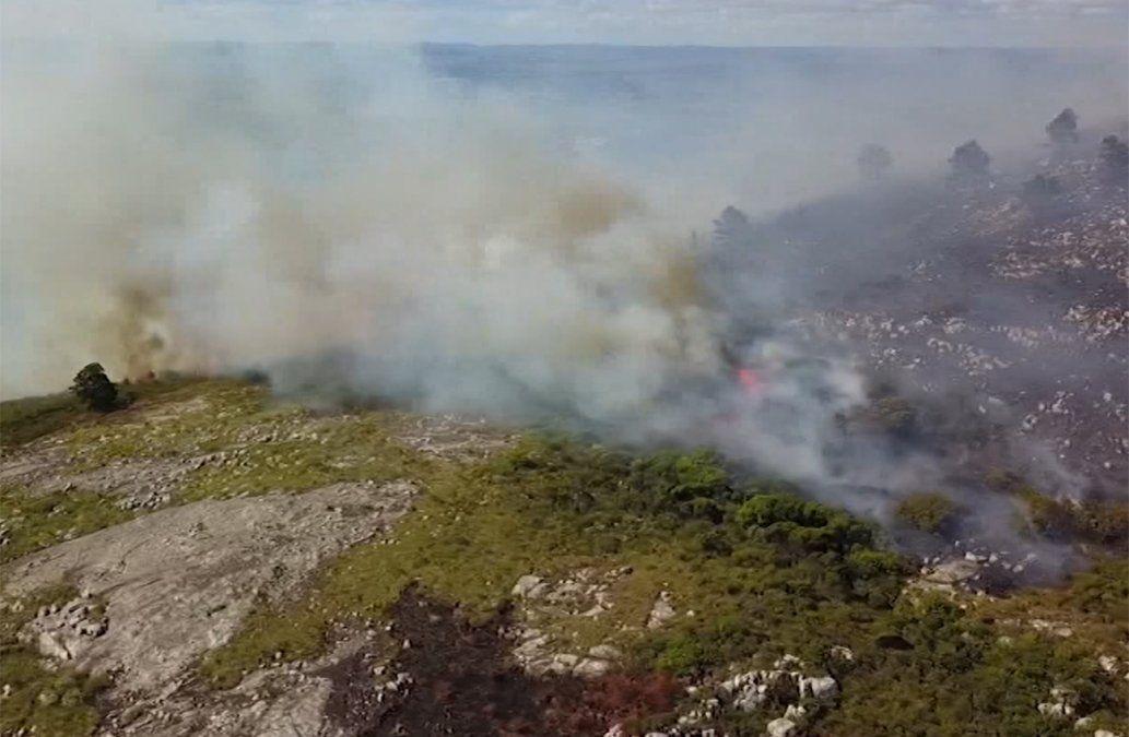 Bomberos trabajan en la extinción del incendio del Cerro Pan de Azúcar