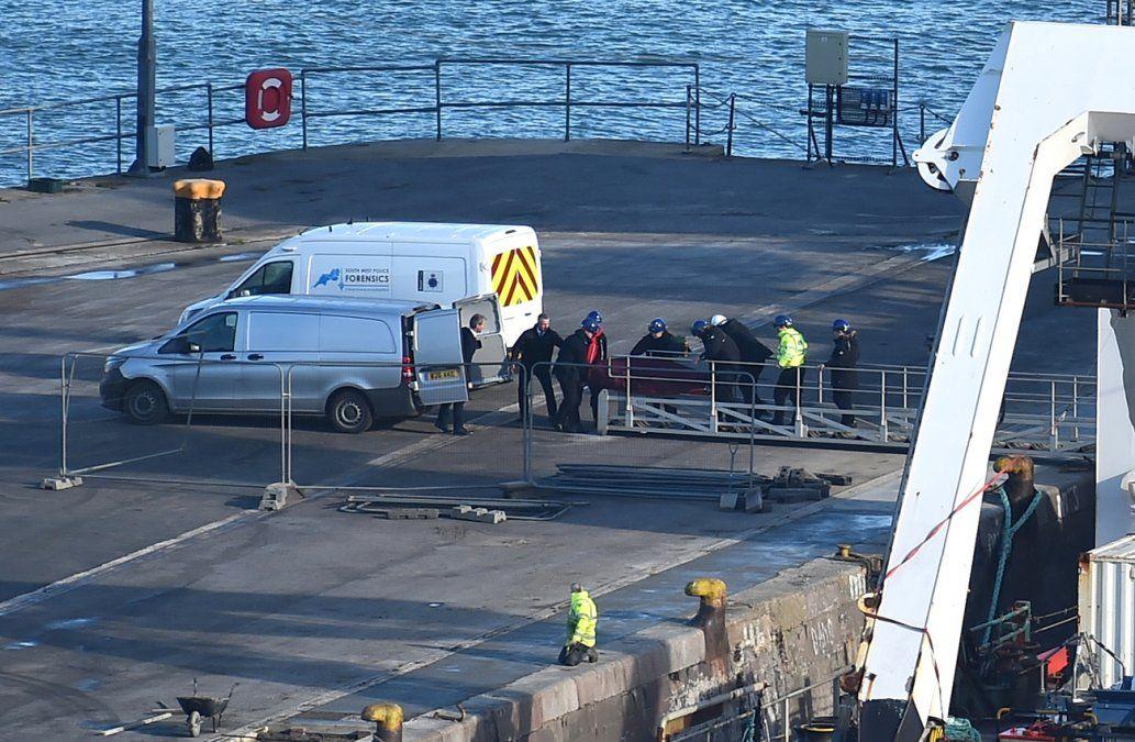 El cuerpo de Emiliano Sala es retirado desde el puerto de Weymouth.