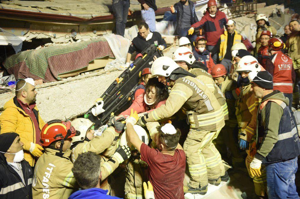 Arzu Tekgoz fue rescatada en el edificio de ocho pisos que colapsó en el distrito Kartal de Estambul el 6 de febrero de 2019