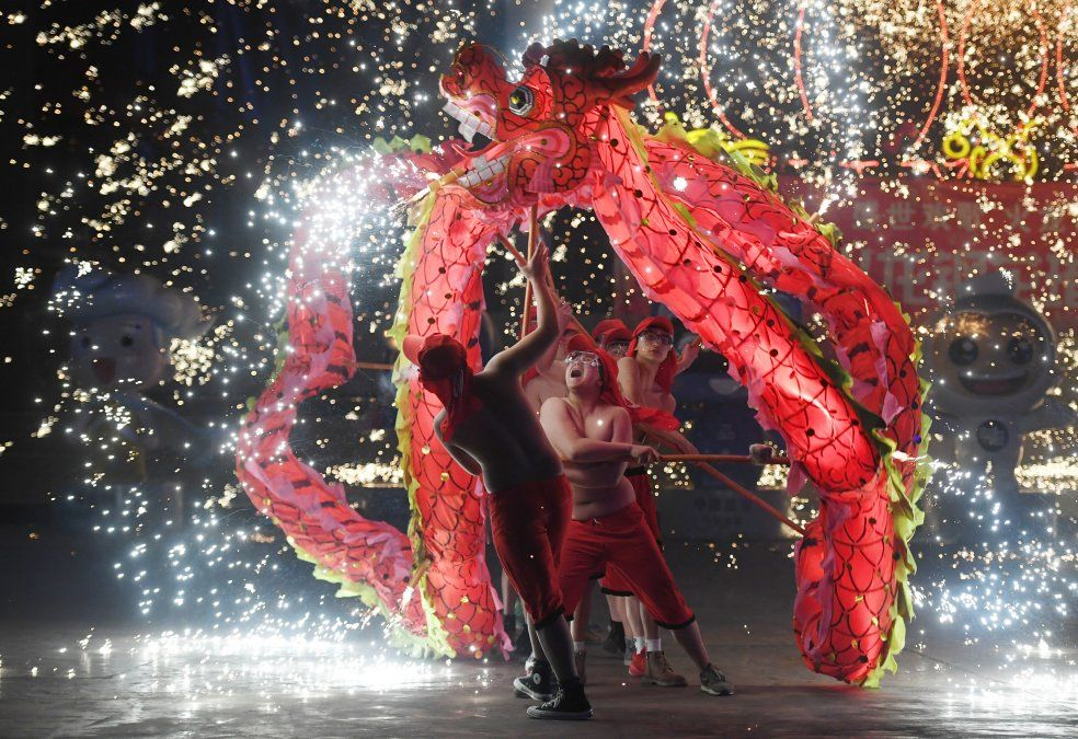 Bailarines de dragones se presentan en un parque de Beijing