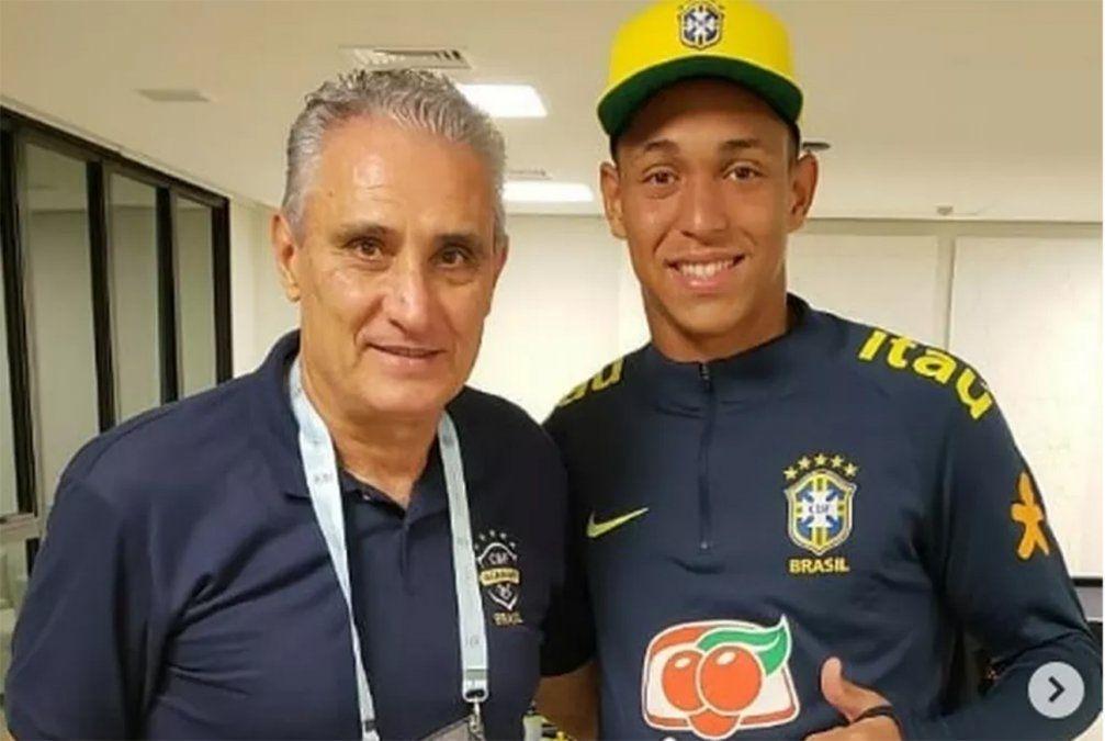Foto: el arquero Christian Esmério junto al entrenador de la selección mayor de Brasil