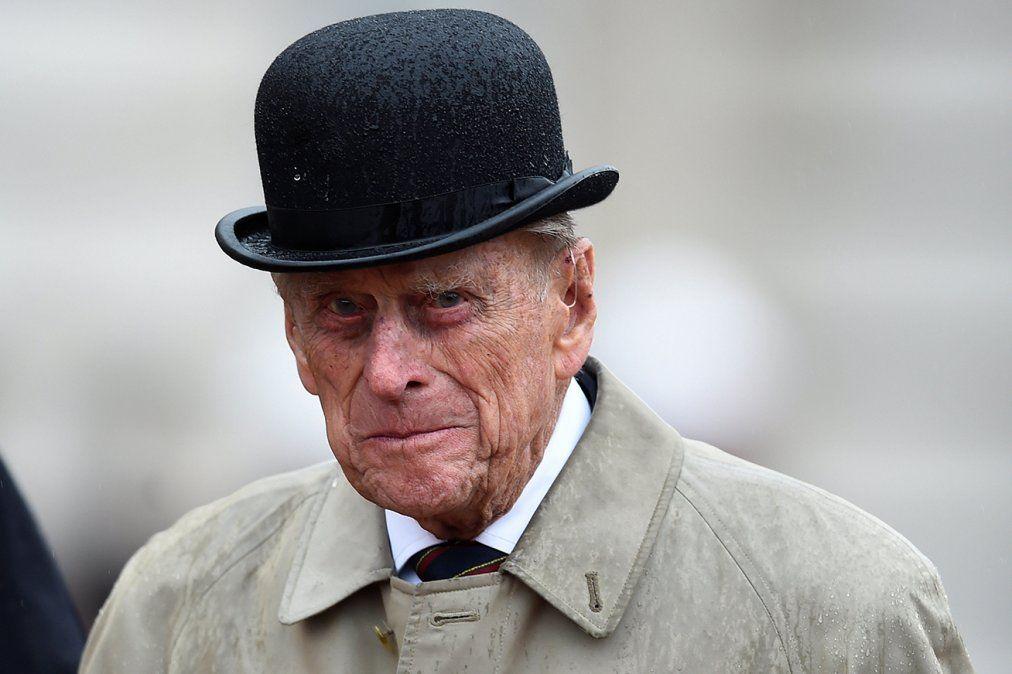 A los 97 años y tras causar un accidente, el esposo de la reina Isabel entregó su libreta de conducir