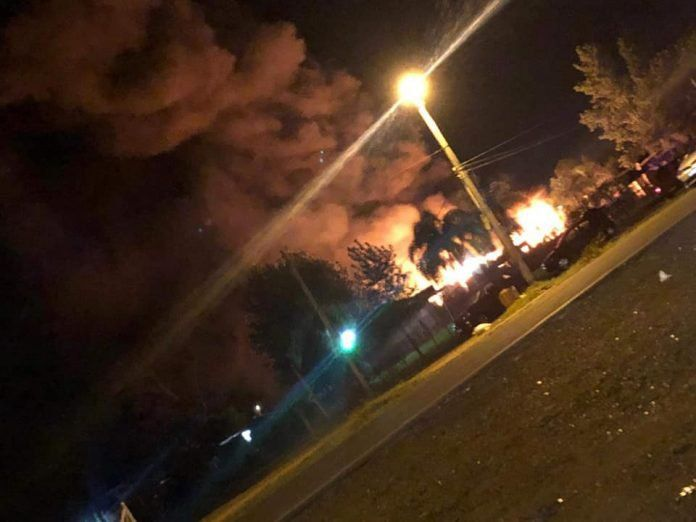 Incendio durante una fiesta en la costanera Salto: pérdidas totales y sin heridos
