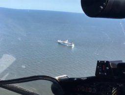 Rescataron a 64 tripulantes de un pesquero incendiado cerca de las Islas Malvinas