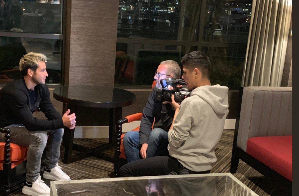 Lodeiro entrevistado por el periodista Martin Sarthou