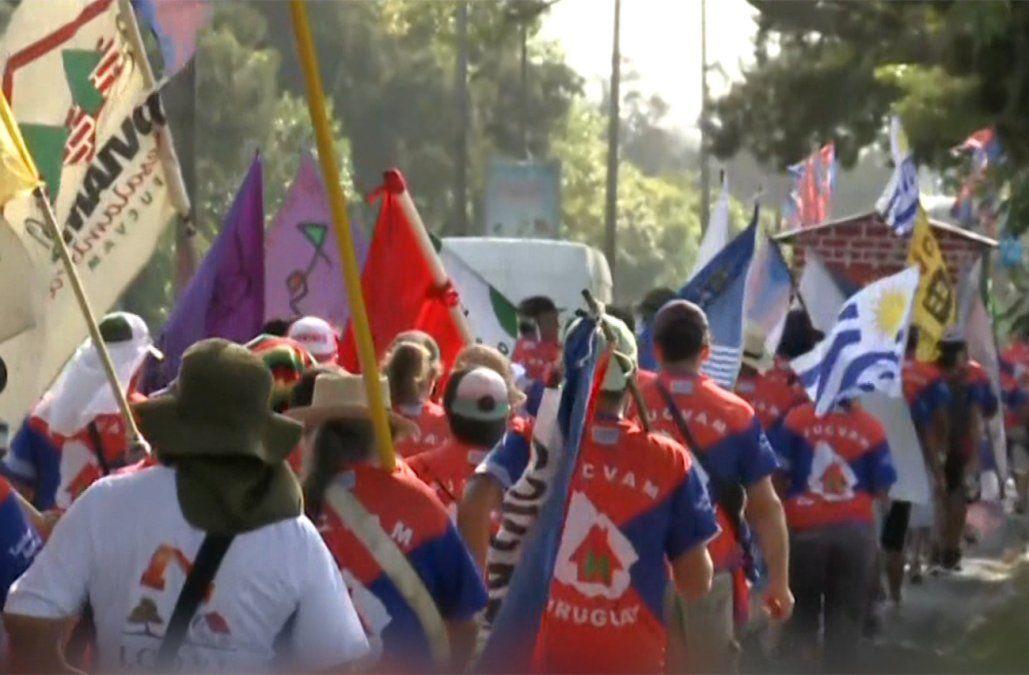Marcha a pie de un centenar de cooperativistas avanza hacia Punta del Este