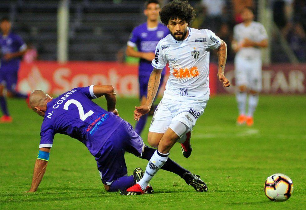 Luan elude a Coto Correa en el partido disputado por Copa Libertadores en Montevideo