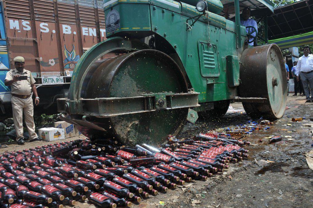 Operativos policiales destruyó producción de alcohol clandestino en India.