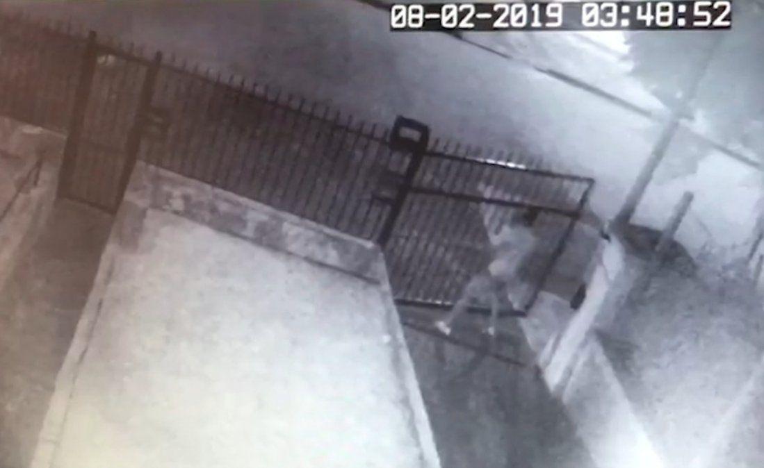 Policía busca a delincuentes que roban portones en Malvín