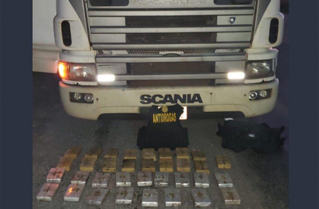 Tres paraguayos detenidos con 35 kilos de cocaína; la transportaban en dos camiones