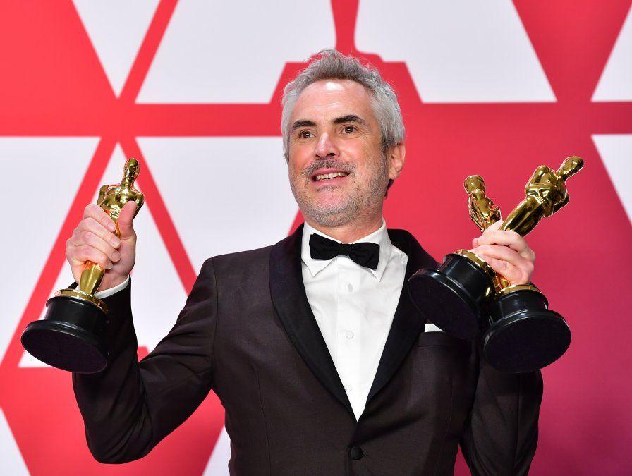 Alfonso Cuaron posa para la prensa con sus premios por Mejor Director