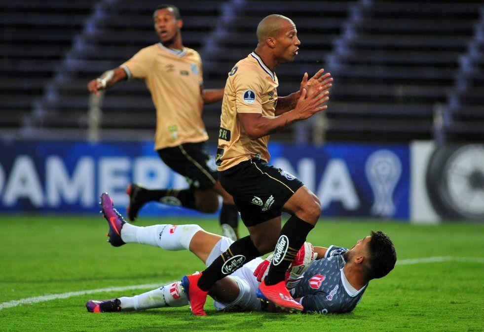 Carlos Sánchez del Santos apremia al arquero Olveira en el partido que se jugó en Montevideo.