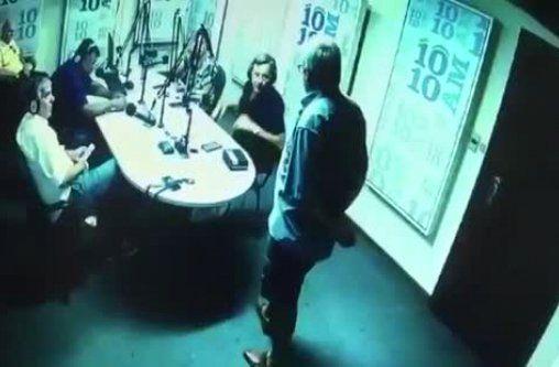 El Pato Celeste en el estudio de 1010 AM. Sentado