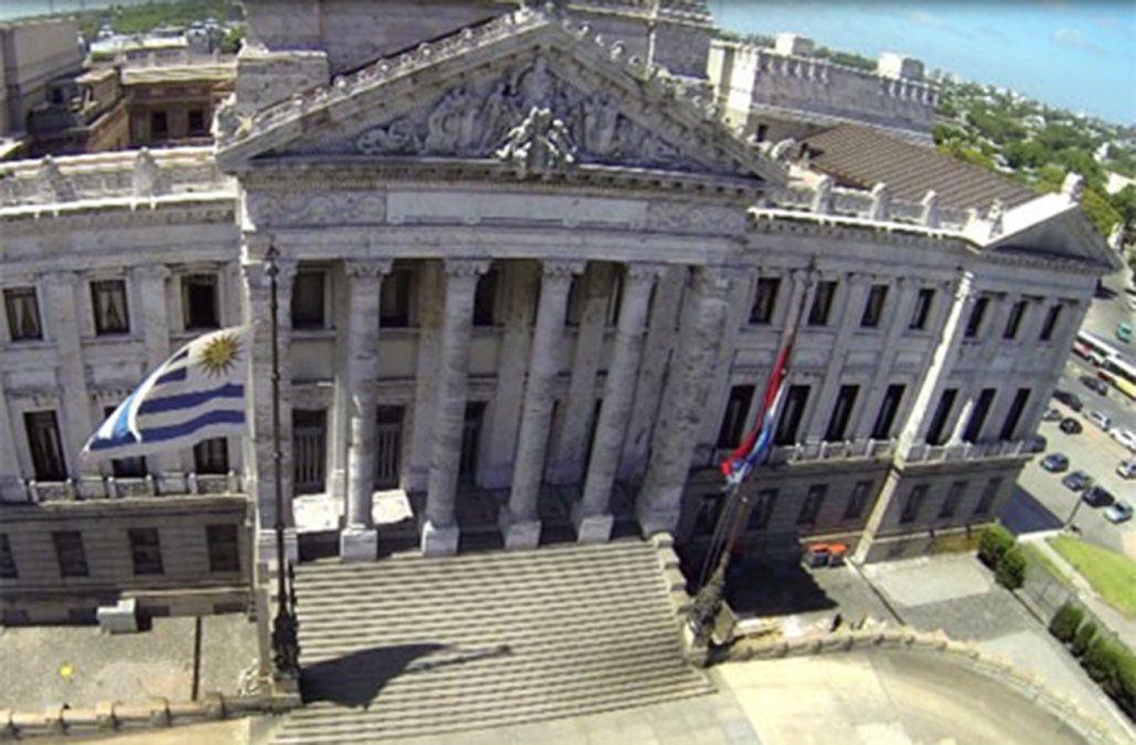 Rapiñaron a una policía en la puerta del Palacio Legislativo y le quitaron el arma