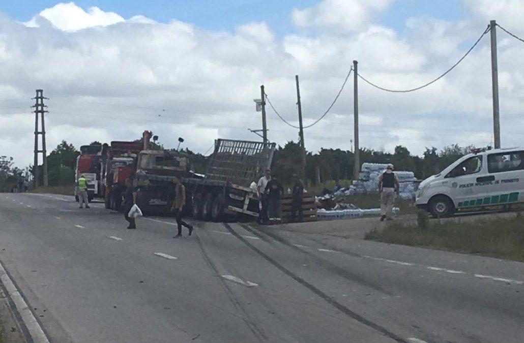 Tres personas murieron en un choque frontal entre un auto y un camión en la ruta 102