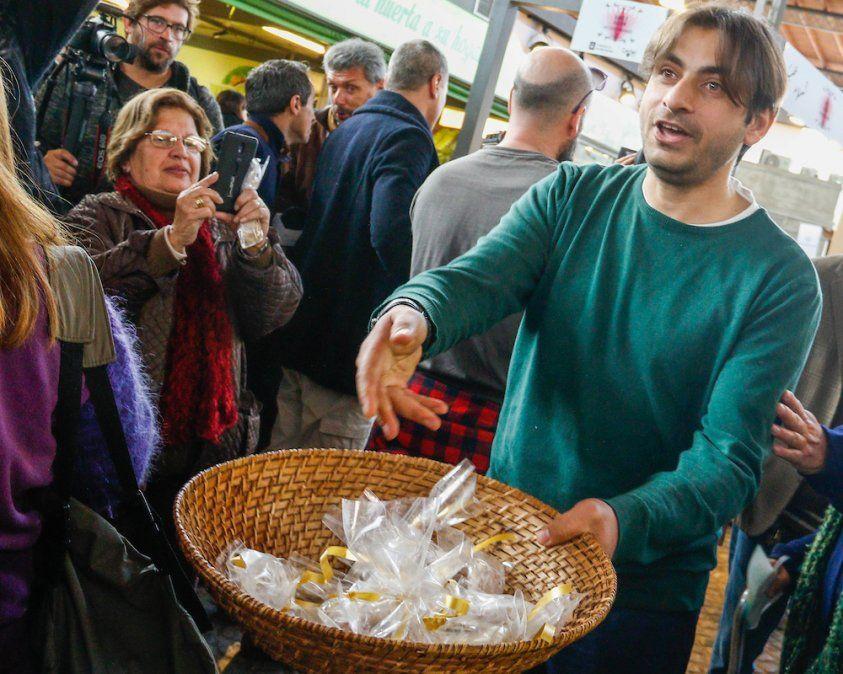 Ahmed Ahjam ofrece especialidades de Medio Oriente en el Mercado Agrícola.