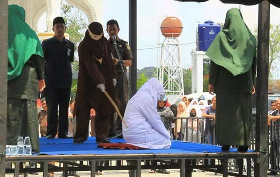 Azotan en público a hombres y mujeres por adulterio en Indonesia