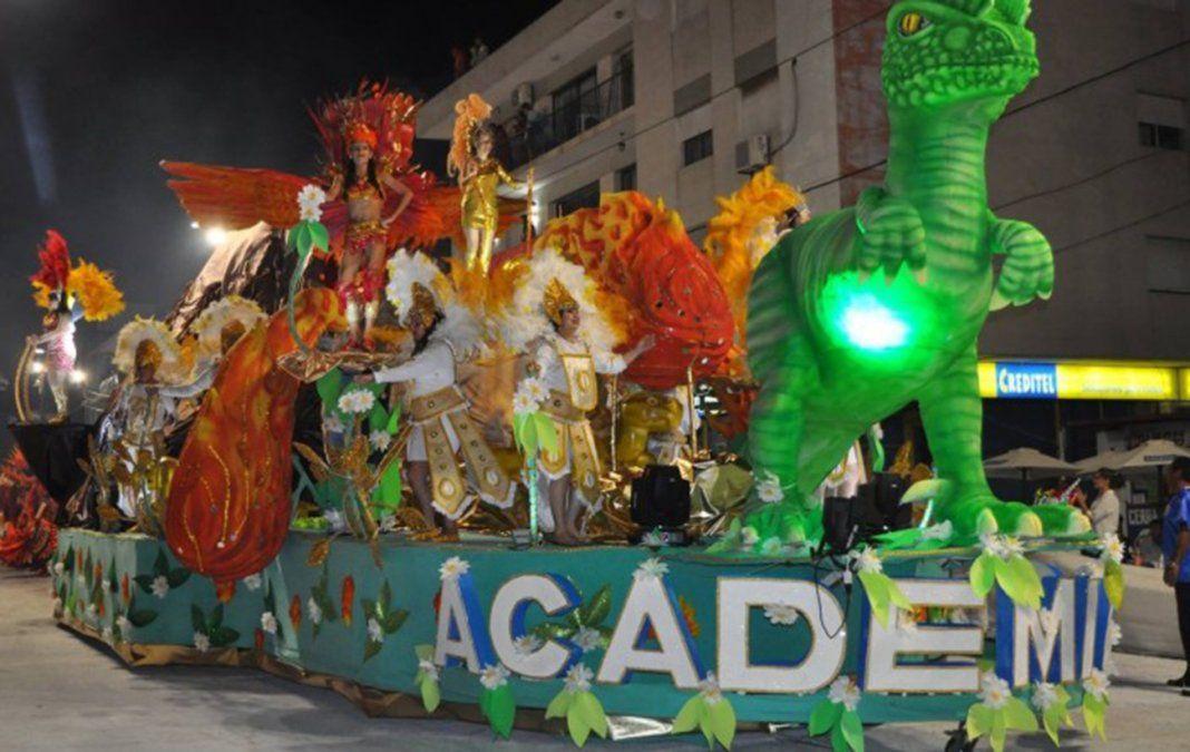 La escuela de samba Académicos desfilando por la calle principal de Artigas