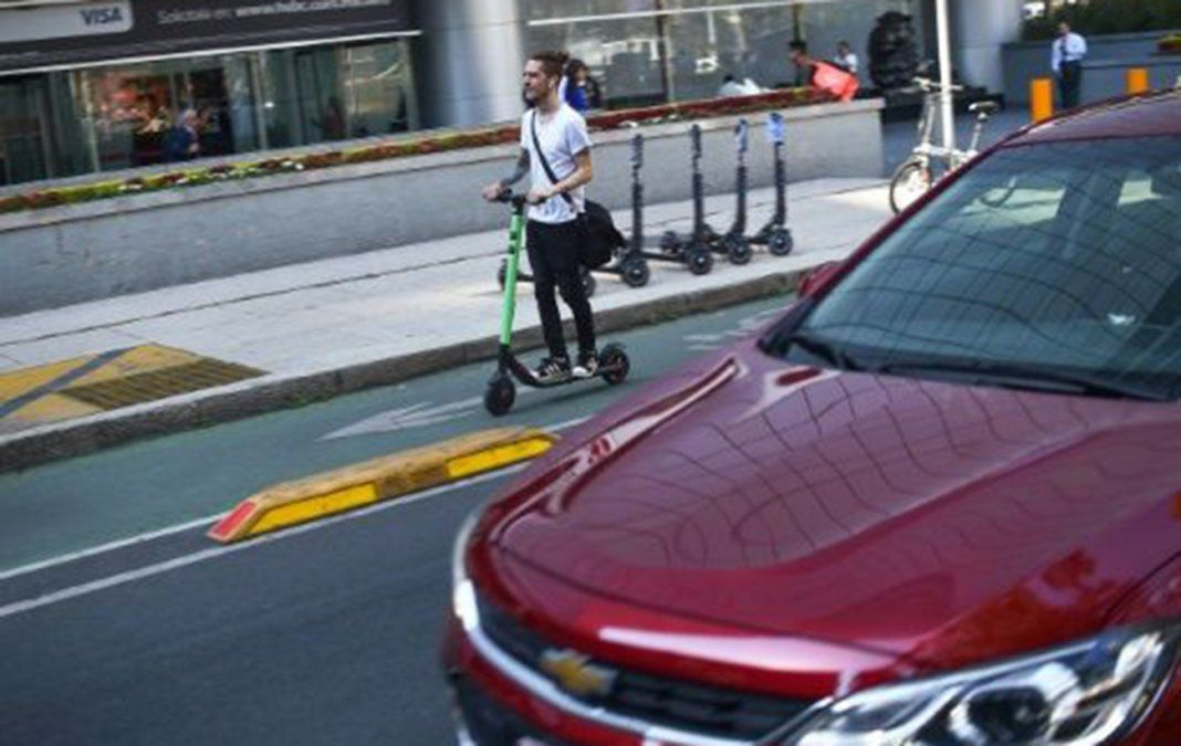Un joven conduce el monopatín eléctrico en Ciudad de México el 28 de febrero